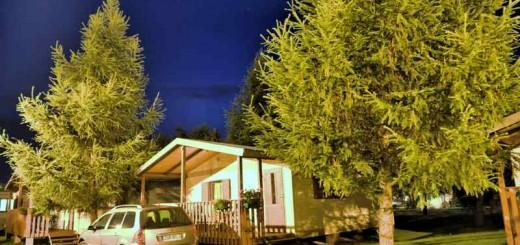 Domek parterowy w Łebie nocą