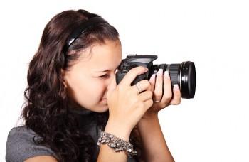 fotograf wykonujący zdjęcie