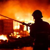 strażak gasi pożar