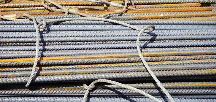 Metalowe pręty powstałe dzięki obróbce plastycznej